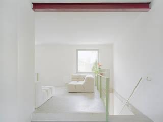 Treppe ins Gartengeschoss und Wohnplateau:  Flur & Diele von AMUNT Architekten in Stuttgart und Aachen