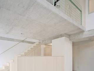 Neues Wohn-/Esszimmer mit Galerie:  Esszimmer von AMUNT Architekten in Stuttgart und Aachen