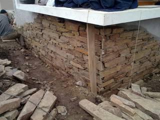 Paredes y pisos modernos de Bugna Piedras Moderno