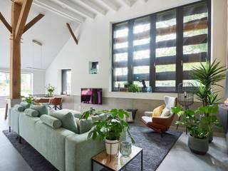 Monumentale boerderij in sprookjesachtig Havelte Moderne woonkamers van Studio Woonforum Modern