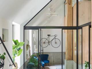 現代風玄關、走廊與階梯 根據 Studio Woonforum 現代風