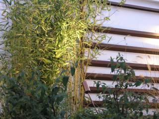 Giardino Bologna:  in stile  di ILLUMINAZIONE GIARDINI di M.V. SAS