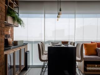 Balcones y terrazas de estilo industrial de Mirá Arquitetura Industrial