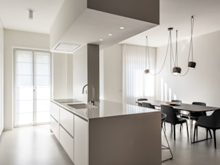 LIVING THE VOID di Atelierzero Architects Minimalista