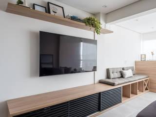 AP DG VILA MARIANA: Salas de estar  por Mirá Arquitetura