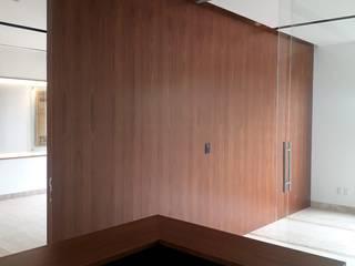 PROYECTO (MUROS ENCHAPADO) USO OFICINA: Estudios y oficinas de estilo  por La ChaPa,
