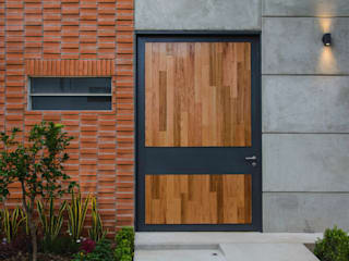 PUERTA INGRESO PRINCIPAL Arturo Santander Arquitectos Puertas de entrada Hierro/Acero Metálico/Plateado