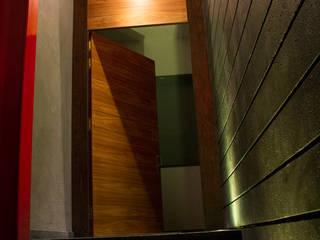 Casa Habitación Mar del Frío: Puertas de madera de estilo  por AM MAS ARQUITECTOS
