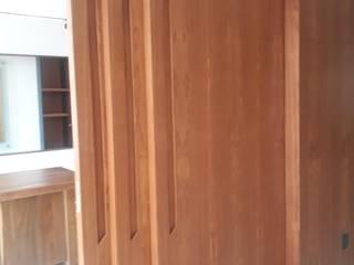 PROYECTO (MUROS ENCHAPADO) USO OFICINA: Puertas de madera de estilo  por La ChaPa,