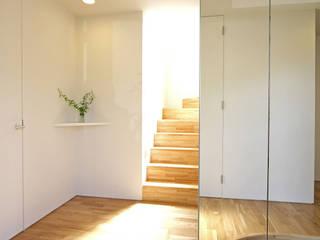 Modern Corridor, Hallway and Staircase by ミナトデザイン1級建築士事務所 Modern