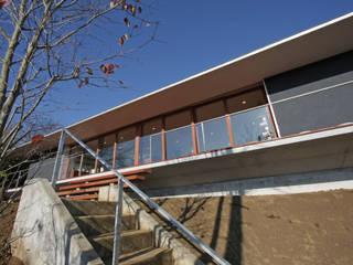秦野 回廊&大開口 傾斜地の平屋: ミナトデザイン1級建築士事務所が手掛けた一戸建て住宅です。,モダン