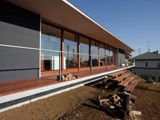 秦野 回廊&大開口 傾斜地の平屋: ミナトデザイン1級建築士事務所が手掛けた家です。,モダン