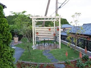 自然石を使った園路とパーゴラのあるナチュラルガーデン カントリーな 庭 の 富士西麓ガーデン カントリー