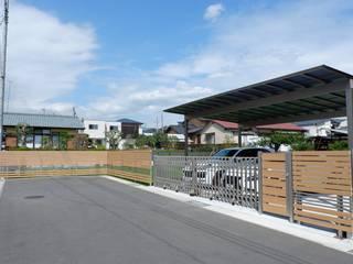 愛犬のための広い芝庭と駐車場 モダンな 家 の 富士西麓ガーデン モダン