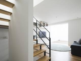 Salon moderne par 株式会社横山浩介建築設計事務所 Moderne