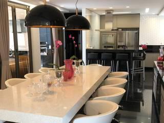 Residência MC - Condomínio Fazenda da Serra (BH): Salas de jantar  por Marcelo Sena Arquitetura