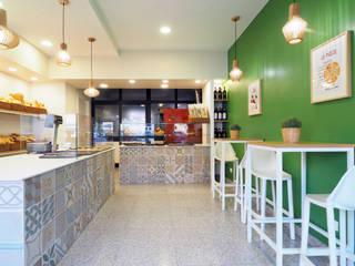 ARCHISPRITZ Oficinas y tiendas de estilo moderno Verde