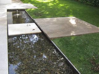 Jardín en la Moraleja de Waterscales Minimalista