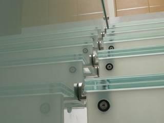 Escalera de vidrio: Escaleras de estilo  por Aluven,