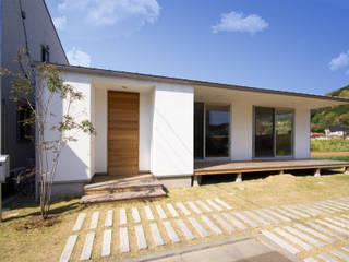 秦野 ピクチャーウィンドウと大きな縁側のある家: ミナトデザイン1級建築士事務所が手掛けた木造住宅です。,モダン