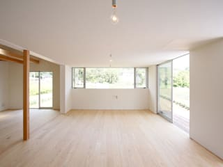 秦野 ピクチャーウィンドウと大きな縁側のある家: ミナトデザイン1級建築士事務所が手掛けたリビングです。,モダン