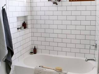 phòng tắm thiết kế đơn giản:  Phòng tắm by DOLANHA