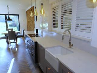Shaker style kitchen in two tones of grey Nhà bếp phong cách hiện đại bởi PTC Kitchens Hiện đại