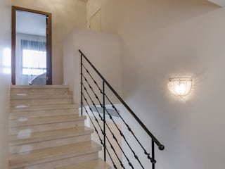 Classic style corridor, hallway and stairs by siru srl Classic