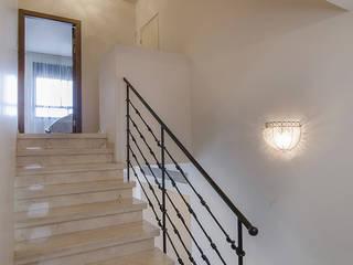 Pasillos, vestíbulos y escaleras de estilo clásico de siru srl Clásico