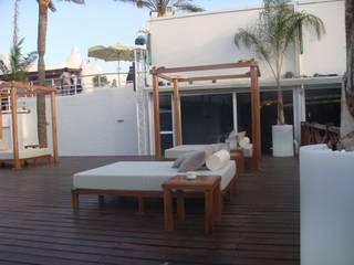 Camas balinesas Balcones y terrazas de estilo tropical de RAM Carpinteria y Proyectos Tropical