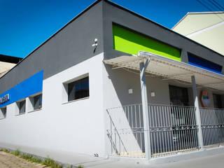 Fachadas de acesso durante o dia: Lojas e imóveis comerciais  por Ana Cláudia Carvalho _ arquitetura | interiores | light design