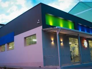 Fachadas de acesso ao entardecer : Lojas e imóveis comerciais  por Ana Cláudia Carvalho _ arquitetura | interiores | light design