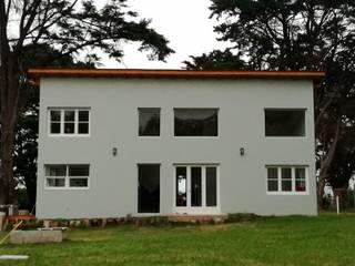 Fachada contrafrente: Casas de campo de estilo  por Julia Gasalla Arquitecta