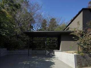 NiiH: キューボデザイン建築計画設計事務所が手掛けたガレージです。,