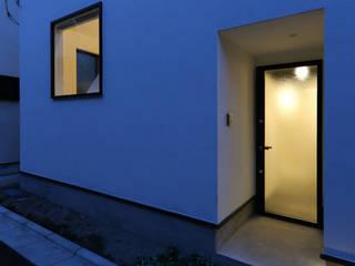 東京で作った狭小住宅 OUCHI-42 石川淳建築設計事務所 ミニマルスタイルの 玄関&廊下&階段 白色