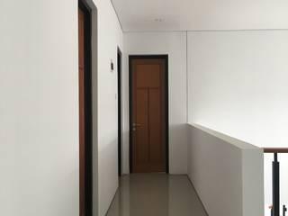 rumah antapani J12 bandung Koridor & Tangga Gaya Industrial Oleh indra firmansyah architects Industrial