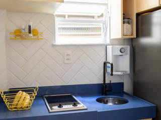 Cozinha funcional: Cozinhas pequenas  por DV ARQUITETURA