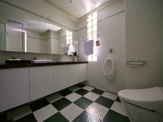 美式風格居家空間:  浴室 by 大觀創境空間設計事務所