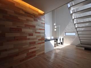 Pasillos, vestíbulos y escaleras modernos de to be Designed Moderno