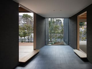 Modern Corridor, Hallway and Staircase by 井上久実設計室 Modern