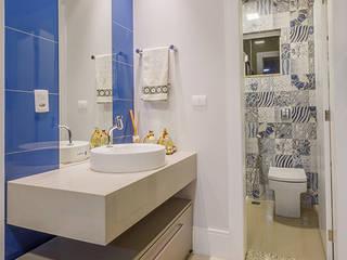 Banheiro com Mosaico de Ladrilhos Coloridos: Banheiros  por Estúdio de Arquitetura Luciana Zamecki