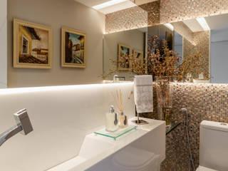 現代浴室設計點子、靈感&圖片 根據 Arquitetura Sônia Beltrão & associados 現代風