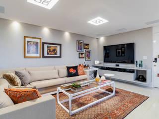 现代客厅設計點子、靈感 & 圖片 根據 Arquitetura Sônia Beltrão & associados 現代風