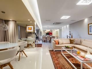 Sala/ Estar/ Sofá/ Cadeiras/ Iluminação: Salas de jantar  por Sônia Beltrão Arquitetura