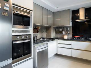 Cozinha/ Armários/ : Cozinhas  por Sônia Beltrão Arquitetura