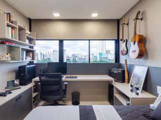 Quarto de solteiro/ Cama/ Escrivaninha/ Nichos/ Móvel: Quartos  por Sônia Beltrão Arquitetura
