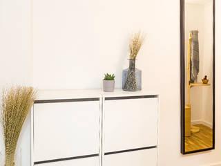 Estudi Aura, decoradores y diseñadores de interiores en Barcelona Ingresso, Corridoio & Scale in stile moderno Legno Bianco