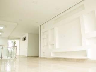 Salas multimedia de estilo  por Am arquitectura