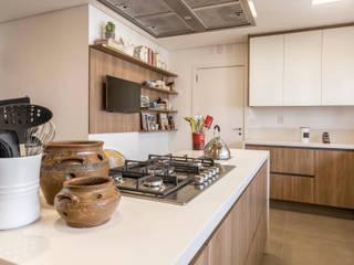 Cozinha de Alto Padrão com Bancada em Corian® Branco por Lnormand Interiores Clássico