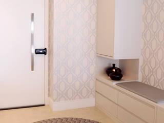 Projeto de arquitetura de interiores em apartamento de 124 m². Haus Brasil Arquitetura e Interiores Corredores, halls e escadas modernos